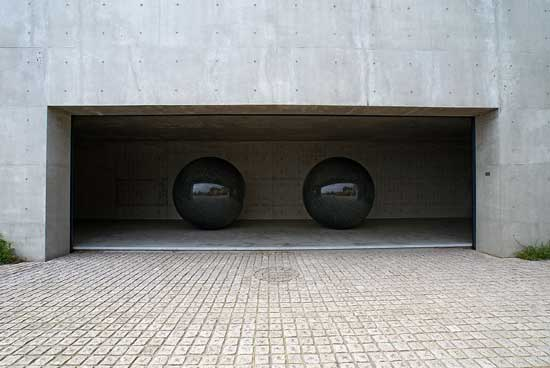 Walter De Maria, Seen/Unseen Known/Unknown, Benesse House, Naoshima (Kagawa prefecture), Japan. Fonte.